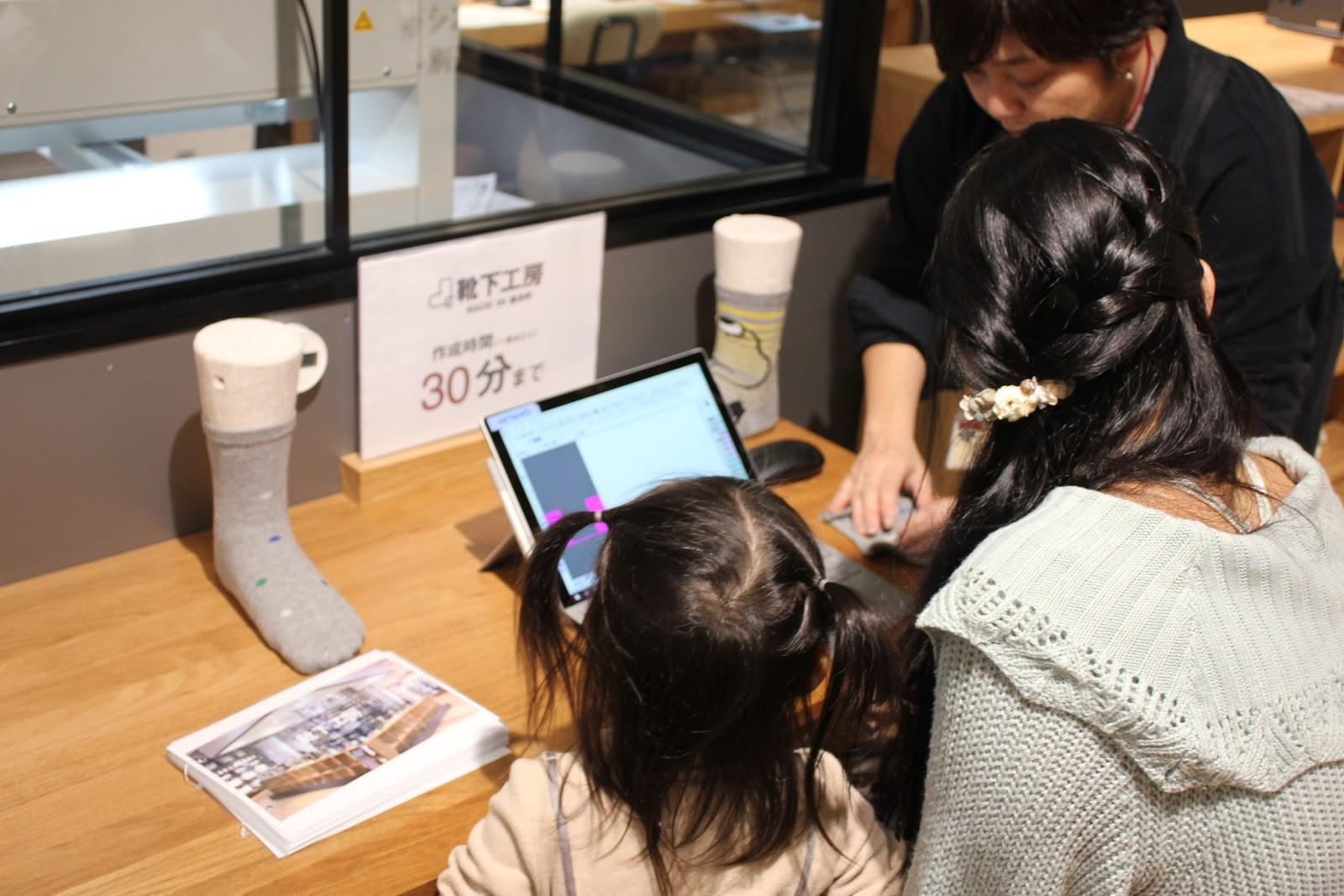 タブレット+マウスの簡単操作、店員さんのレクチャー付き。2歳児も興味津々。