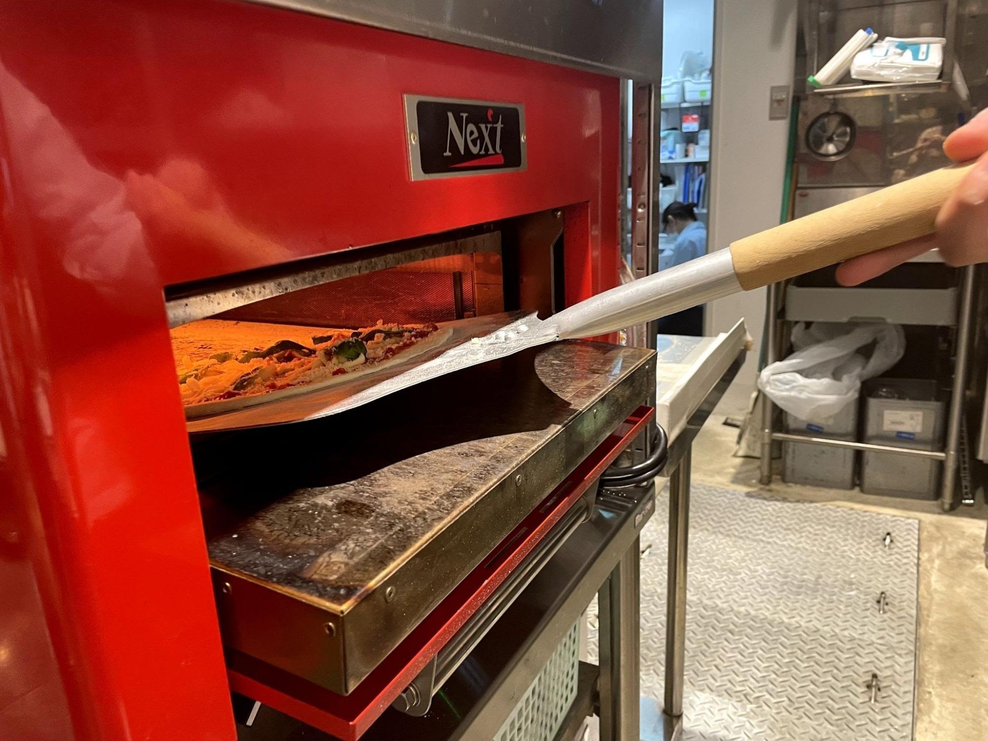 真っ赤な巨大オーブンを開けて